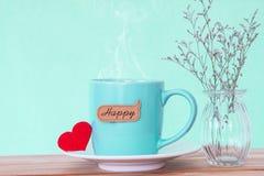 Tasse de tasse de café avec l'étiquette heureuse de mot de shapeand rouge de coeur sur en bois Image libre de droits