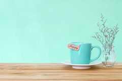 Tasse de tasse de café avec l'étiquette heureuse de mot sur la table en bois, Romance et Image stock