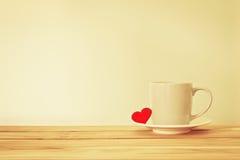 Tasse de tasse de café avec la forme rouge de coeur sur la table en bois, Romance Photo stock