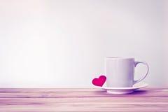 Tasse de tasse de café avec la forme rouge de coeur sur la table en bois, Romance Photos stock