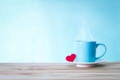 Tasse de tasse de café avec la forme rouge de coeur sur la table en bois, Romance Image stock