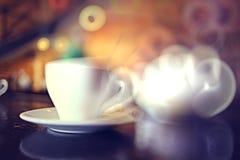 Tasse de thé à un café Image stock