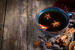 Tasse de thé épicé chaud avec l'anis et la cannelle, Images libres de droits