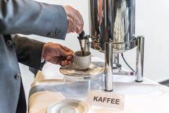 Tasse de thé abstraite de café avec des gens d'affaires de distributeur de café prenant un Images stock