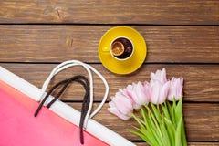 Tasse de thé anglais avec des tulipes et des paniers de ressort Images stock