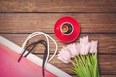 Tasse de thé anglais avec des tulipes et des paniers de ressort Photos libres de droits