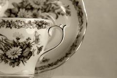 Tasse de thé antique sur le blanc Photographie stock libre de droits