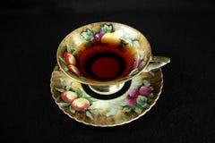 Tasse de thé antique sur le noir Image libre de droits