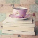 Tasse de thé au-dessus des livres Image libre de droits