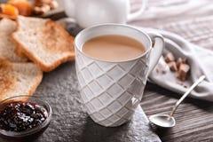 Tasse de thé au lait aromatique sur la table images libres de droits