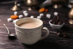 Tasse de thé au lait aromatique sur la table photographie stock libre de droits
