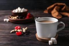 Tasse de thé au lait aromatique sur la table photo stock