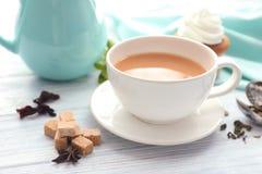 Tasse de thé au lait aromatique sur la table photo libre de droits