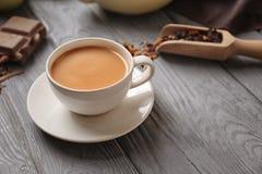 Tasse de thé au lait aromatique sur la table image libre de droits