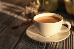 Tasse de thé au lait aromatique sur la table photographie stock