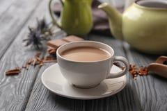 Tasse de thé au lait aromatique sur la table image stock