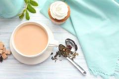 Tasse de thé au lait aromatique sur la table photos libres de droits