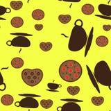 Tasse de thé avec biscuits sur le fond jaune Image libre de droits