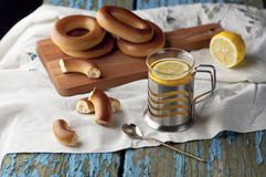 Tasse de thé avec des bagels sur un fond en bois Photos stock