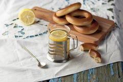 Tasse de thé avec des bagels sur un fond en bois Image libre de droits