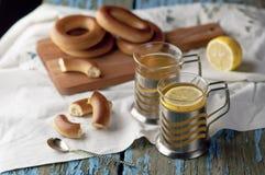 Tasse de thé avec des bagels sur un fond en bois Photo stock