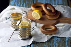 Tasse de thé avec des bagels sur un fond en bois Images libres de droits