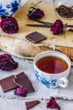 Tasse de thé avec des barres de chocolat Photographie stock