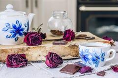 Tasse de thé avec des barres de chocolat Image libre de droits