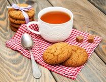 Tasse de thé avec des biscuits de farine d'avoine image stock