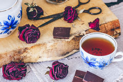 Tasse de thé avec des bourgeons de roses Photos libres de droits