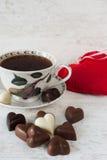 Tasse de thé avec des chocolats en forme de coeur Photos libres de droits