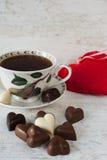 Tasse de thé avec des chocolats en forme de coeur Images libres de droits