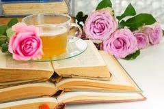 Tasse de thé avec des livres Image libre de droits