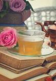 Tasse de thé avec des livres Photographie stock