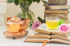 Tasse de thé avec des livres Photo stock