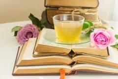 Tasse de thé avec des livres Images stock