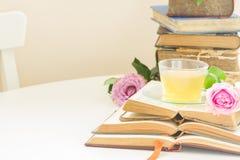 Tasse de thé avec des livres Photos stock