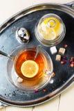 Tasse de thé avec du sucre et le citron Images libres de droits