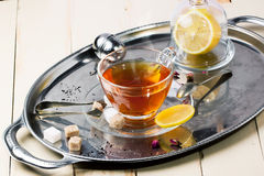 Tasse de thé avec du sucre et le citron Images stock