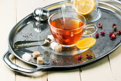 Tasse de thé avec du sucre et le citron Photo stock