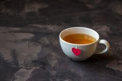 Tasse de thé avec l'étiquette en forme de coeur de sac à thé Photographie stock