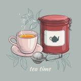 Tasse de thé avec l'emballage et le thé-tamis ronds de bidon Photos stock