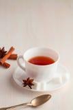 Tasse de thé avec la cuillère à café et le sucre cubique Photos libres de droits