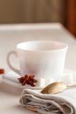 Tasse de thé avec la cuillère à café sur la serviette de cuisine Image stock