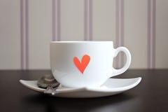 Tasse de thé avec la forme de coeur sur la table en bois. Photo stock