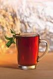 Tasse de thé avec la menthe verte Images stock