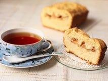 Tasse de thé avec la part du gâteau Photographie stock