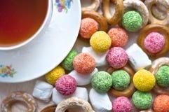 Tasse de thé avec la sucrerie Photo libre de droits