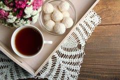 Tasse de thé avec la sucrerie Image stock