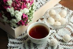 Tasse de thé avec la sucrerie Photos stock